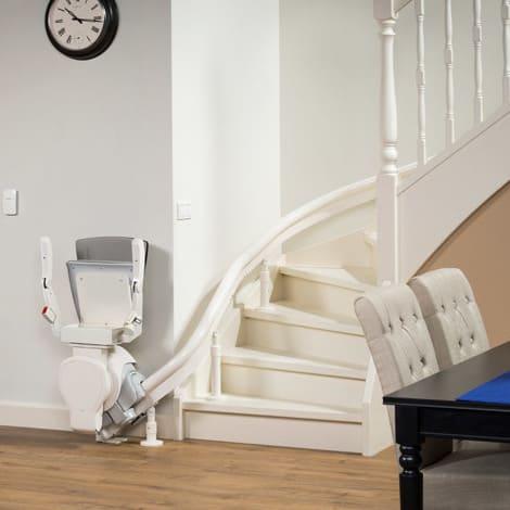 weißer treppenlift geparkt