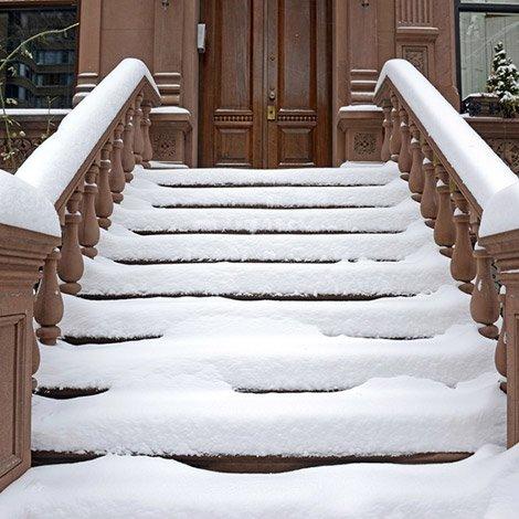 schnee auf einer treppe