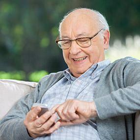 Kommunikation von Senioren mit dem Senioren-Handy