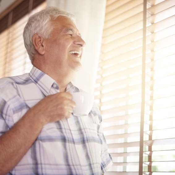 lachender mann mit kaffee