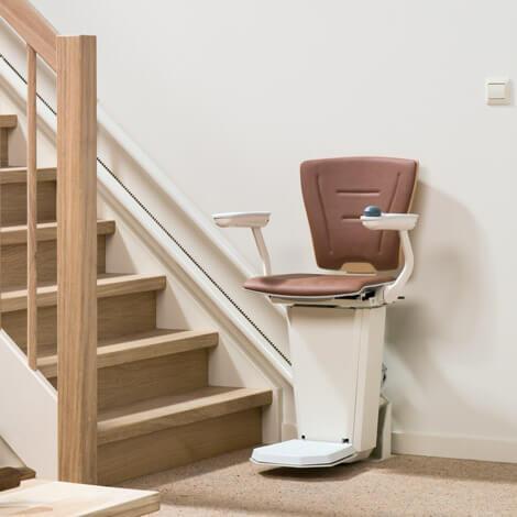 holzfarbener treppenlift eingebaut