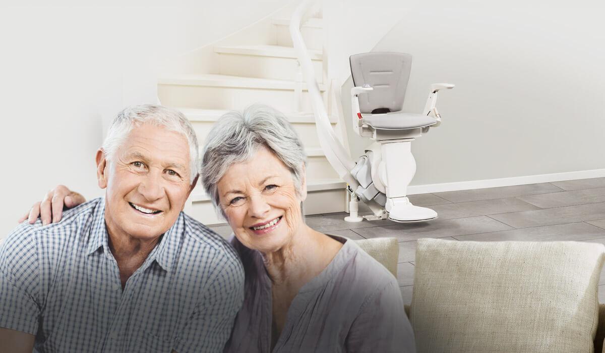 glückliches ehepaar mit treppenlift
