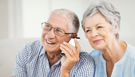 mann und frau am telefonieren