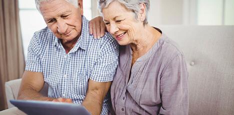 senioren-ehepaar-mit-tablet